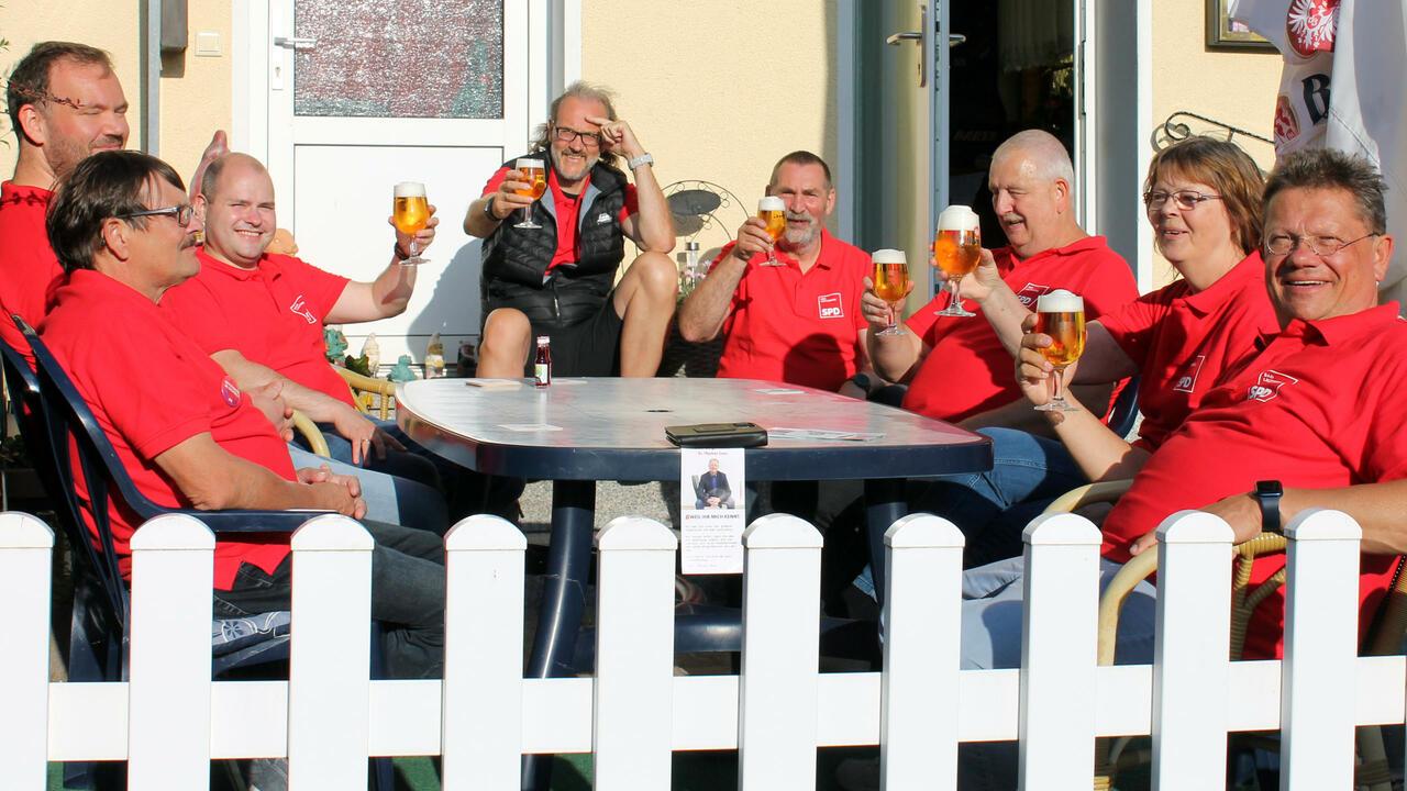 Die Genossen machen eine Pause in Uschis Biereck