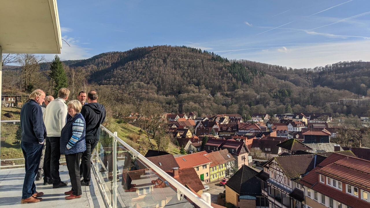 Menschen auf einem Balkon mit Blick auf Bad Lauterberg bei gutem Wetter