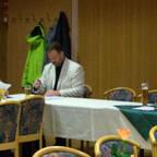 Eine Versammlung an Mitgliedern des Ortsvereins hört dem Redner und Vorsitzenden Uwe Speit zu.