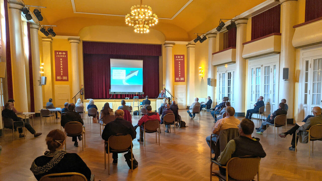 Uwe Speit spricht vor Bürger*innen im Kurhaus zu einer möglichen Fusion mit Walkenried.