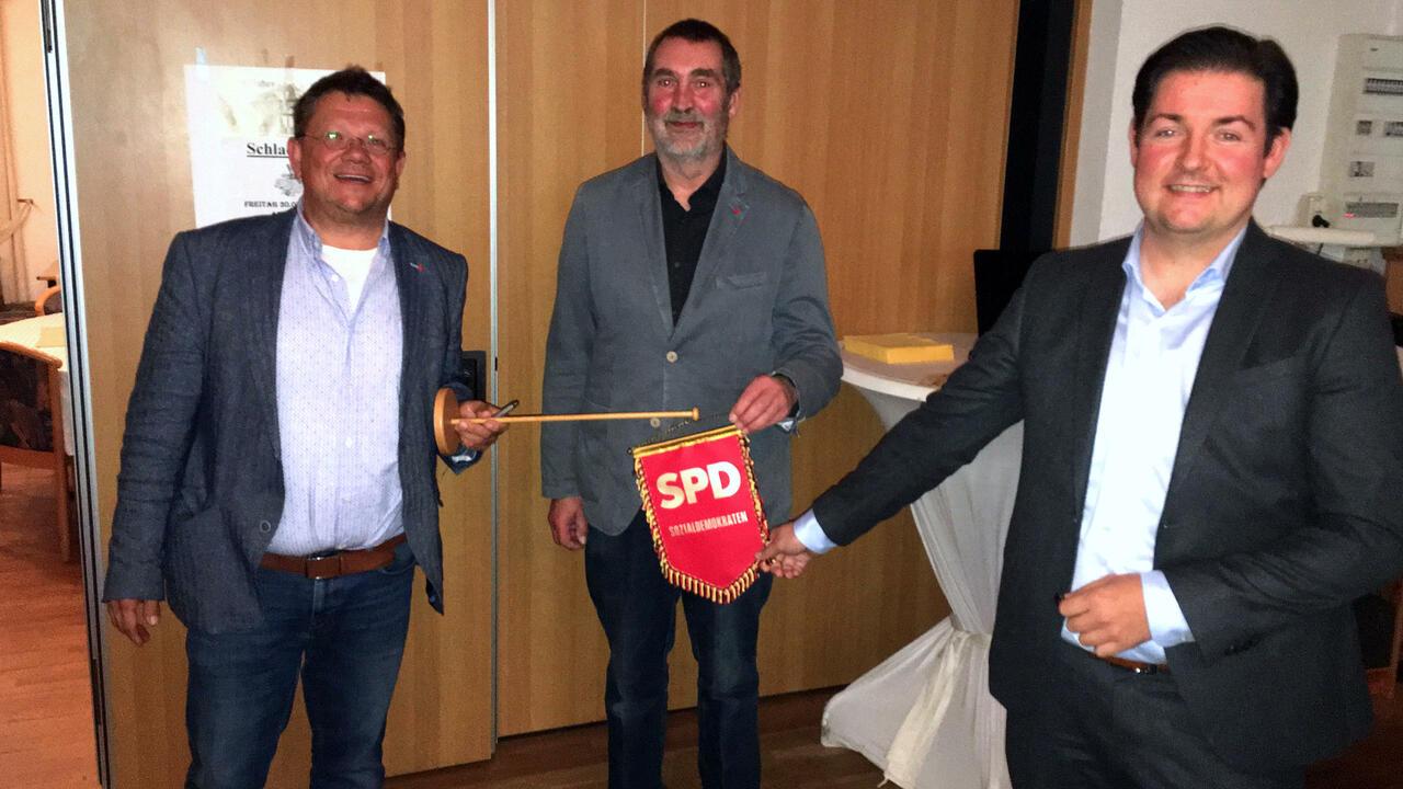 Andreas Philippi, Uwe Speit und Marcel Riethig halten den Wimpel des Ortsvereins hoch. Foto: Thomas Gans