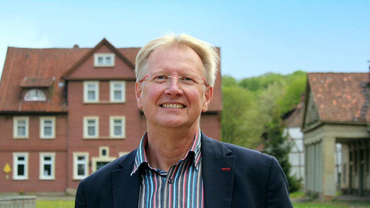 Dr. Thomas Gans steht vor der Königshütte Bad Lauterberg